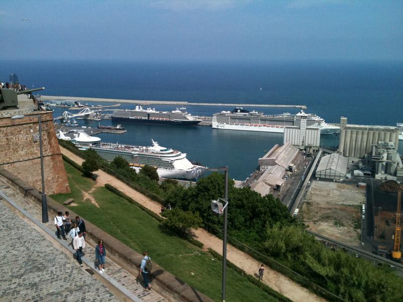 Вид на порт с холма Монжуик